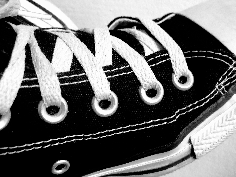 Svart och vit converse sko